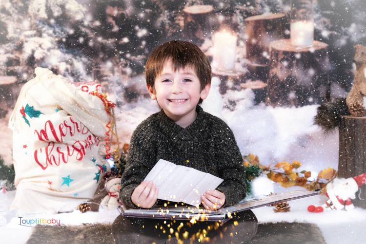 Portrait d'un petit garçon en studio fête de Noël
