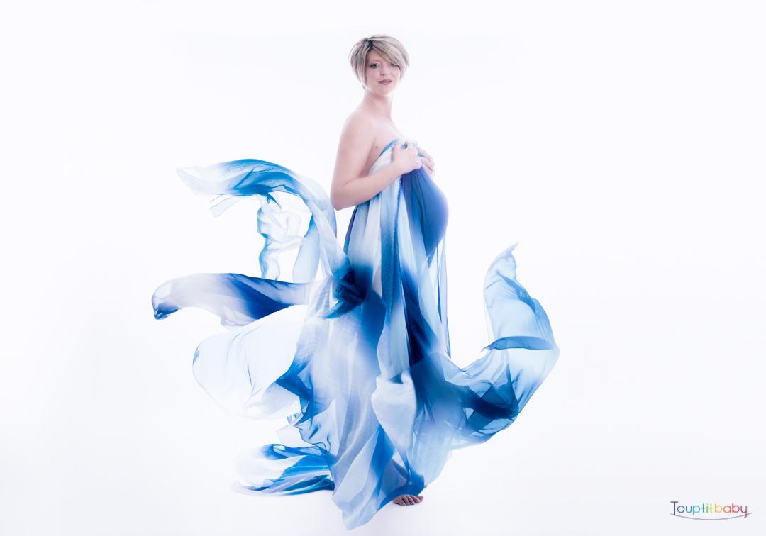 femme enceinte habillée d'un voile bleu fond blanc
